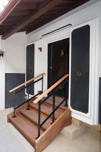 木製のゆるやかな階段(手すり付き)に改良