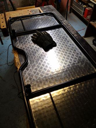 Der Heckträger mit untergelegter Alu-Platte