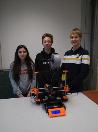 Schüler des Gymnasium Karlsbad mit ihrem fertig aufgebauten 3D Drucker