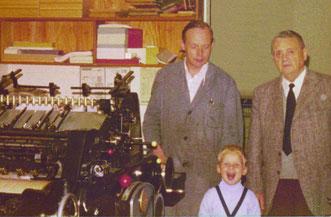 Drei Generationen – eine Druckerei: Oskar Berg jun., Christian Berg und Oskar Berg sen. neben einer Heidelberger Druckmaschine.