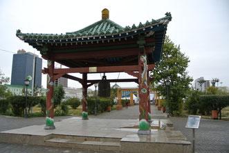 スフバートル広場南の公園に日本の平和団体寄贈の「平和の鐘」