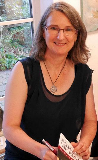 Autorin Aurelia L. Porter beim Signieren ihrer Bücher in der Galerie Cavissamba