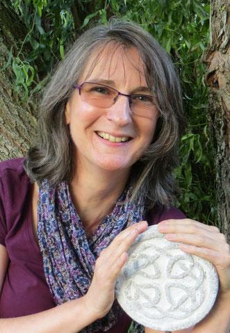 Autorin Aurelia L. Porter mit keltischem Knoten