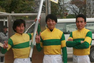 佐藤友則騎手(中央)と太刀持ちの池田敏樹騎手会長(左)と露払いの吉井友彦騎手