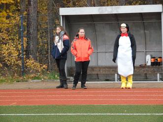 Trainerin Carmen im Kostüm nach verlorener Wette