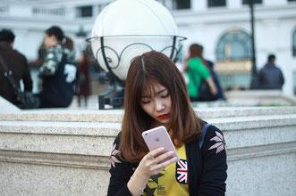 Asiatische Frau mit Smartphone