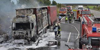 Der Lkw ist nach dem Brand nur noch ein Wrack. Foto: Frank Gehrmann