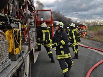 Immer wieder gibt es Unfälle auf der Bundesstraße 6, wie hier, als bei Hoym ein Laster brannte. Da müssen die Feuerwehren der Stadt Seeland (im Bild) und von Aschersleben gut gerüstet sein.  Foto: Archiv/Frank Gehrmann