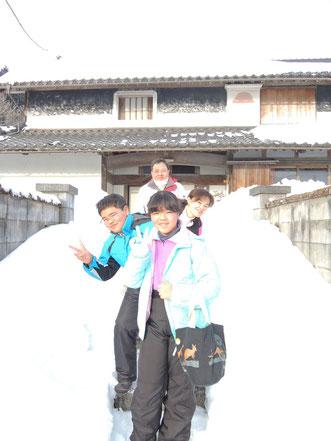 雪の積もった宿の前で☆