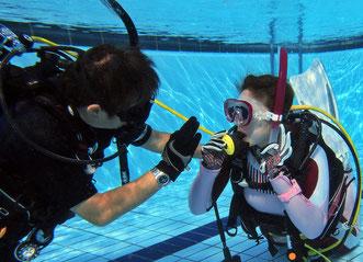 インストラクター開発コースでは、PADIコースディレクターのもとでインストラクターになるための様々なプール・海洋・学科トレーニングを行います