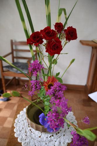 2018年6月3日(日)の礼拝にて 秋山君江さんのいつものご奉仕です 献花にはその方の信仰や生き方が不思議にあらわれます 美しいです(^^♪