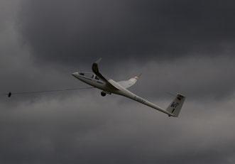 Start vor dunklen Wolken: die Segelflieger eröffnen das Flugprogramm des Sonntags (Foto: H.G. Hamann)