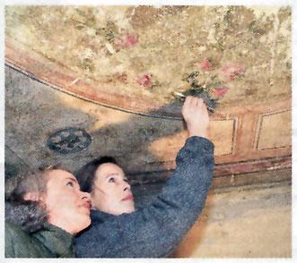Elka Beutel und Regina Dettmann (v.r.) prüfen das Deckengemälde