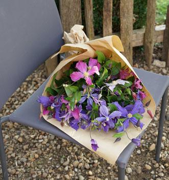 ©Javoy Plantes, bouquet de clématites.