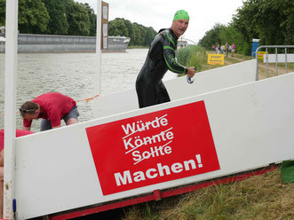 Detlef Meinert kam der eindeutigen Aufforderung auf dem Schild selbstverständlich nach.
