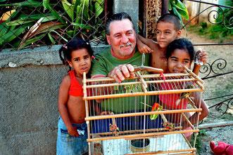 Opa mit Enkel und Vogel