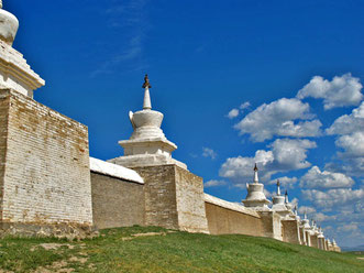 die mächtige Kloster-Mauer mit 108 Stupas