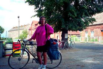 Hanni schaut zum Turm der Marienkirche hinauf