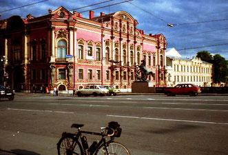 endlos die Stadt-Einfahrt von St. Petersburg