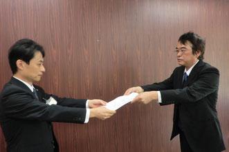岐阜県に要請書を手渡す河嶌議長