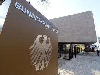 Blick auf den Bundesgerichtshof (BGH) in Karlsruhe mit Hinweisschild. Foto: Uli Deck/Archiv