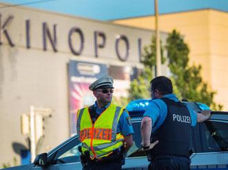 Polizisten sichern im hessischen Viernheim den Einsatzort. Foto: Andreas Arnold