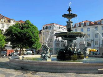 Platz Rossio mit rundem Brunnen