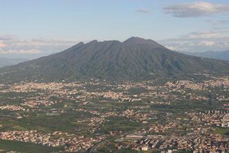 Abflug mit dem Flieger aus Neapel mit Blick auf den Vesuv