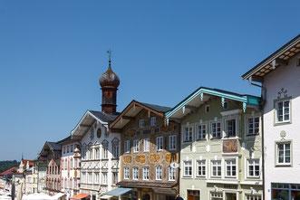 bunt verzierte Häuser in Bad Tölz