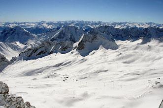 Blick von der Zugspitze bei strahlend blauem Himmel