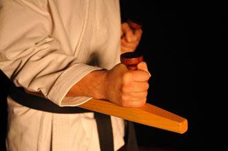 Im Bild: Tonfa aus Esche mit gedrechseltem Bubinga Griff. Einmaliger Onlineshop mit handgefertigten Holzwaffen wie Eku, Bo und Chaku.