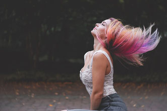 Bunte Haare im Wind