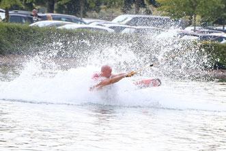 Ex-Weltmeister Sascha L. zeigte den Jungs ein paar Tricks auf dem Wasser
