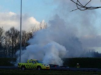 Auto en veel rook op a58. Foto: Bas van Oorschot