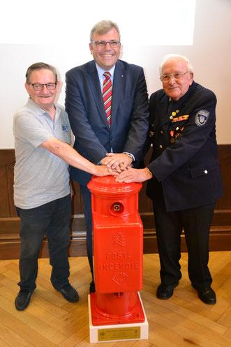 Foto mit Georges Haond, Dr. Marius Hahn, Hans Arnold und dem französischen Feuerlöschhydranten