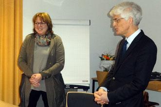Hillgriet Eilers - hier im Bild mit Seminaleiter Dr. Johann Sjuts - hieß die neuen Referendarinnen und Referendare in Ostfriesland willkommen. Foto: Ulrichs