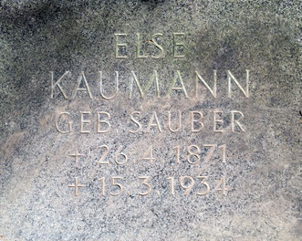 Else Kaumann auf der Gartenbank