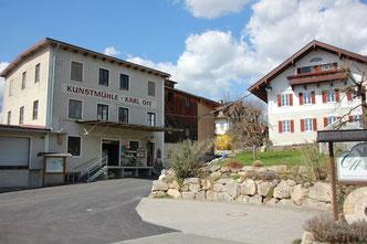 Schönes, alter Gebäudeensemble der Offmühle mit Blick aus Mühlenladen und Haus