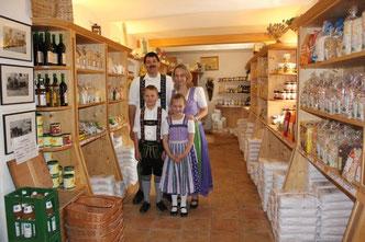 Familie Sonner im Mühlenladen vor den Regalen mit Mehlsortiment, Getreideprodukten und Nudeln