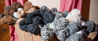 Korb mit Wollknäueln aus Alpakawolle in Grau- und Brauntönen