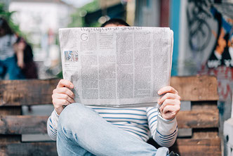 Mann ließt eine Zeitung