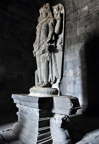 世界遺産「プランバナン寺院遺跡群(インドネシア)」、ロロ・ジョングランのチャンディ・ヴィシュヌに収められたヴィシュヌ像