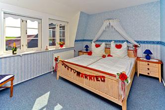 Ein Schlafzimmer ist für das Brautpaar dekoriert