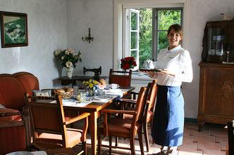 Bedienung serviert Frühstück in der Friesenstube