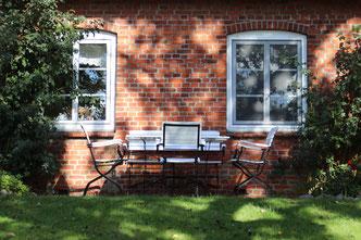 Idyllische Sitzecke im Bauerngarten