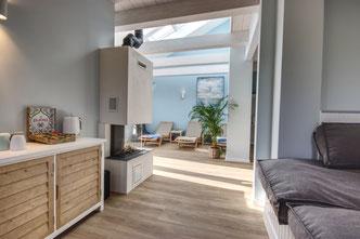 Ruhe-Lounge mit Kamin im Friesenhof-SPA