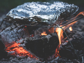Bild zur Kategorie Trip im Outdoor Teambuilding für Firmen, Essen auf Lagerfeuer