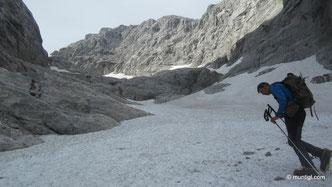 die ersten Meter auf Schnee, angenehm kühl war es hier