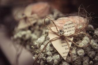 Blumengesteck mit Rosen und Herz