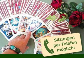 Closeup von Tarotkarten auf Fliesenboden